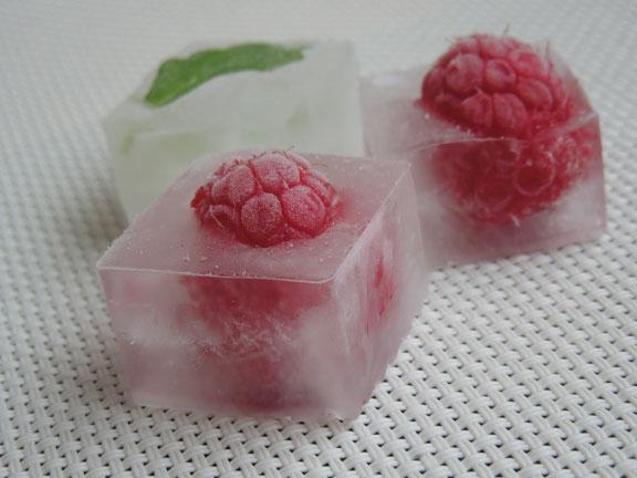Кубики льда с малиной