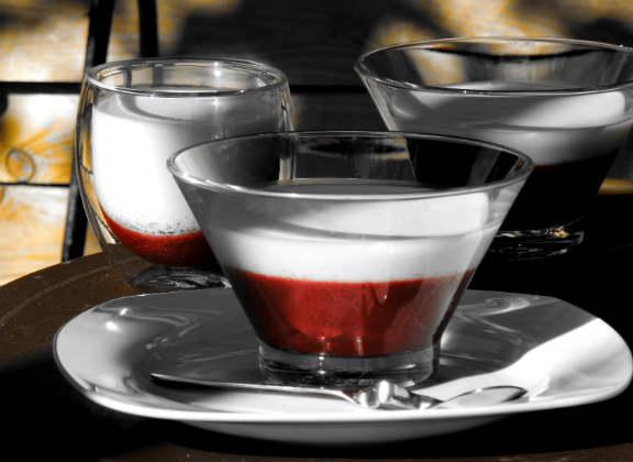 Панакота с малиновым желе в стаканах разной формы