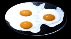 Как приготовить глазунью из яиц на сковороде