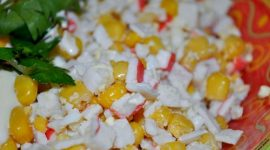 Как приготовить салат из крабовых палочек с кукурузой и рисом