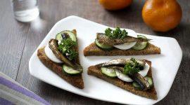 Как сделать бутерброды со шпротами и огурцом с фото