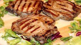 Как жарить стейки из свинины на сковороде