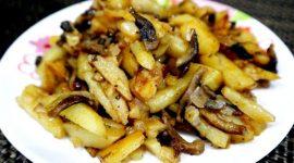 Картошка с грибами и луком на сковороде