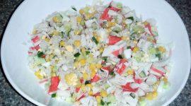 Крабовый салат с рисом и кукурузой и огурцом