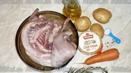 Кролик в духовке с картошкой и сметаной