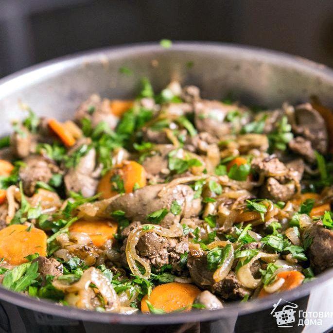 Куриная печень с луком и морковью на сковороде Для его