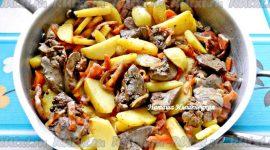 Куриная печень с луком и морковью на сковороде