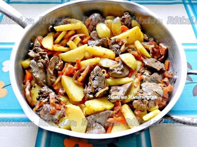 Куриная печень с луком и морковью на сковороде еще минут десять