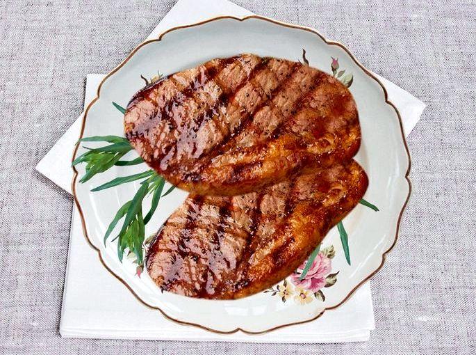 Рецепт стейка из свинины на сковороде Слейте соус