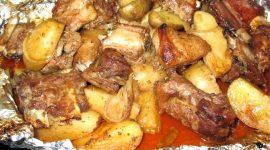 Рецепт свиных ребрышек с картошкой в духовке