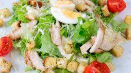 Салат цезарь с курицей и сухариками и сыром и пекинской капустой