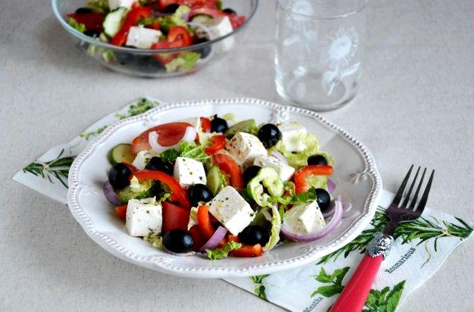 Салат греческий рецепт классический с брынзой и пекинской капустой сочетаются со всеми составляющими