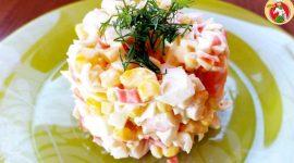 Салат с ананасом и крабовыми палочками и кукурузой