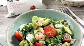 Салат с авокадо и креветками и черри