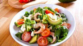 Салат с авокадо и креветками и огурцом