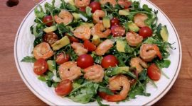 Салат с авокадо и креветками и помидорами