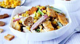 Салат с колбасой копченой и сухариками