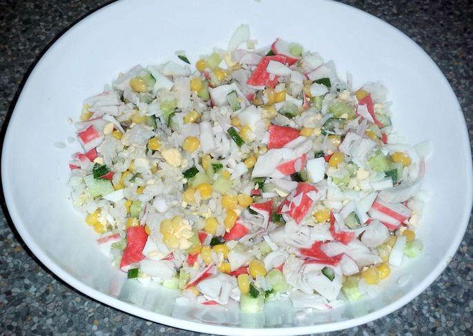 Салат с крабовыми палочками и кукурузой и рисом другой емкости поставим вариться яйца