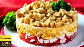 Салат с крабовыми палочками и сухариками и сыром