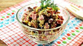 Салат с красной фасолью и копченой колбасой