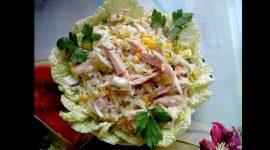 Салат с пекинской капустой и копченой куриной грудкой