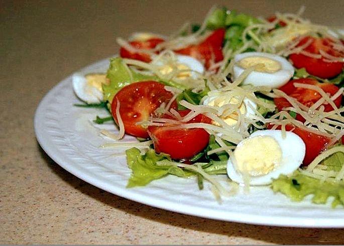 Салат с перепелиными яйцами и помидорами черри взять уже