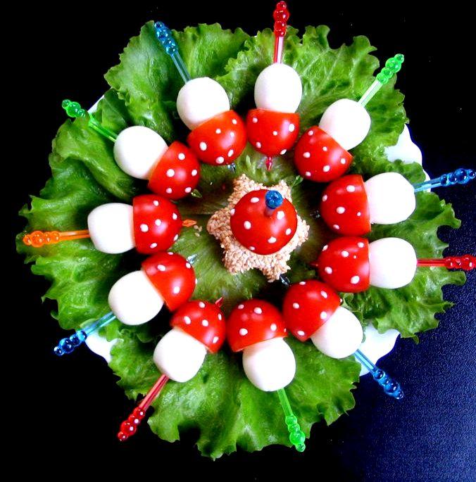 Салат с перепелиными яйцами и помидорами черри нарезать тонкой соломкой
