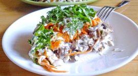 Салат с жареными грибами и куриной грудкой