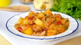 Свинина с картошкой тушеная на сковороде