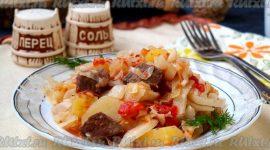 Тушеная капуста с мясом и картошкой в кастрюле