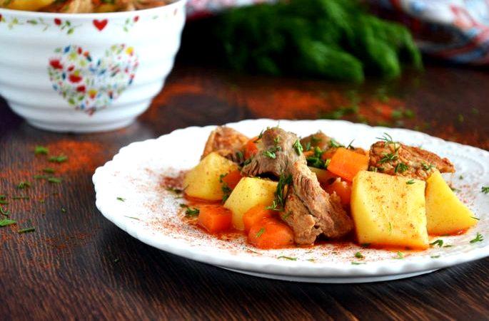 Вареная картошка с мясом в кастрюле